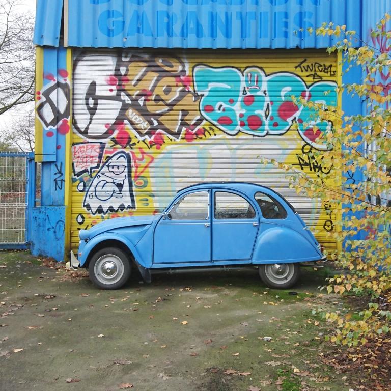 la grenouille bleue 2 CV, une youngtimer et oldtimer vintage en carspotting street art en france à Rennes